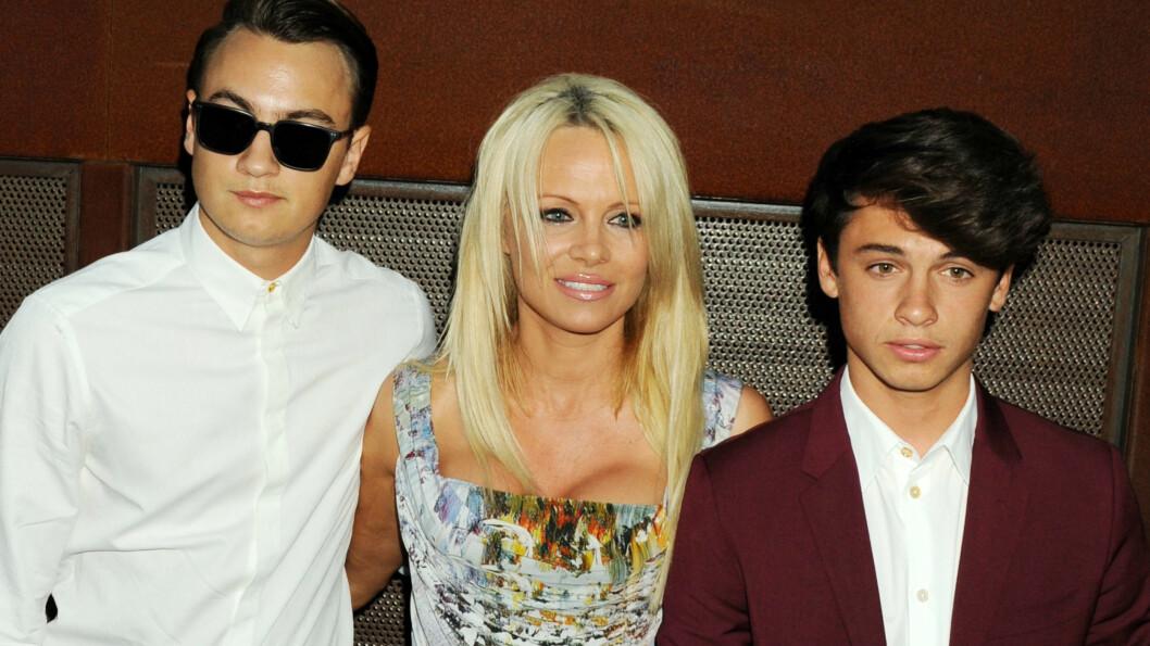 SJELDENT SYN: I slutten av august viste mamma Pamela Anderson for første gang frem begge sine flotte voksne sønner offentlig - da de sammen deltok på eventet «The Mercy for Animals Hidden Heroes Gala» i Los Angeles.  Foto: Splash News