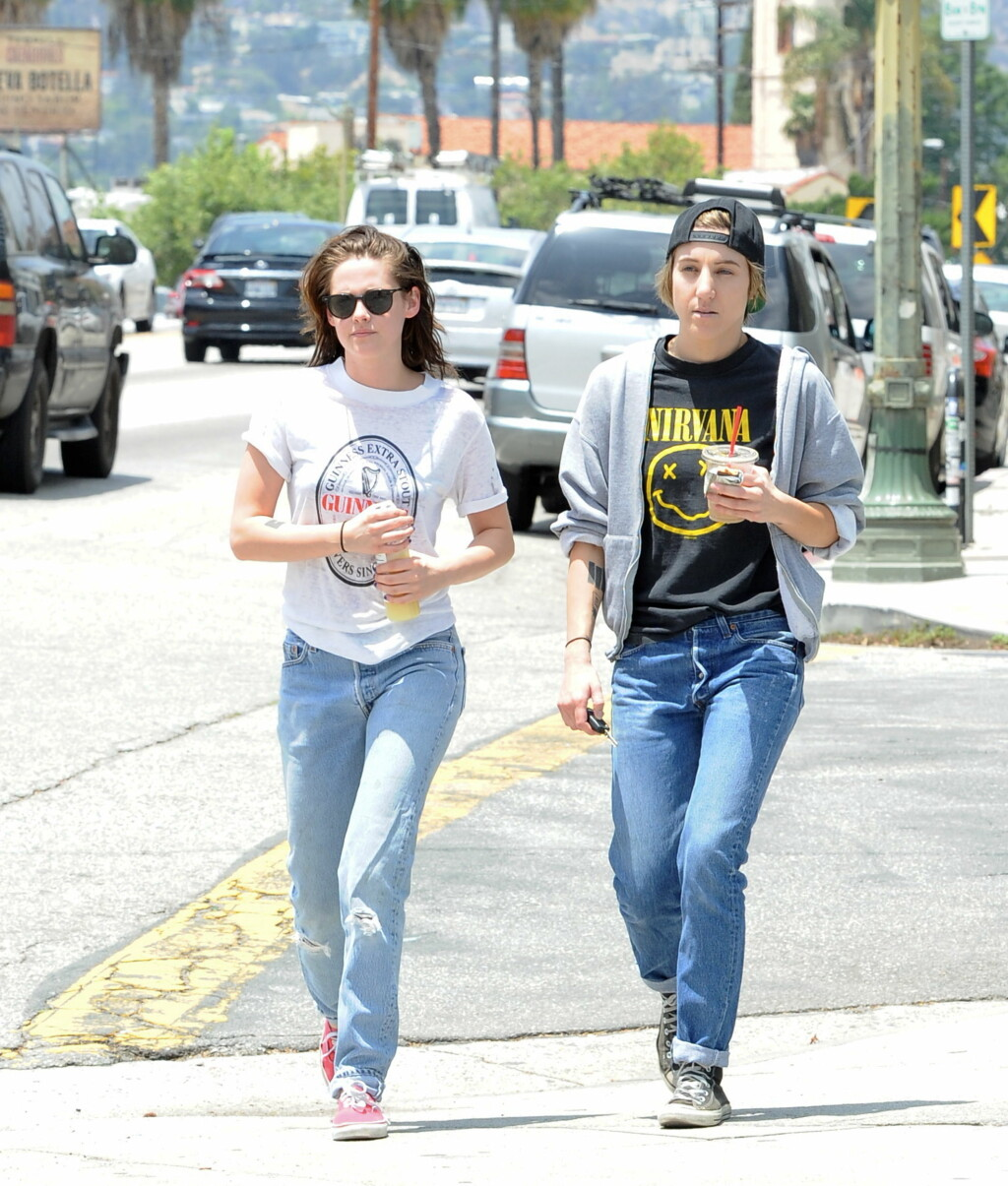 LYKKELIG IGJEN: Ifølge amerikansk presse skal Kristen ha forelsket seg i Alicia Cargile. Her er de to på spasertur sammen i Silverlake i Los Angeles. Featuring: Kristen Stewart, Alicia Cargile Where: Los Angeles, California, United States When: 06 Jun 2015 Credit: Cousart/JFXimages/WENN.com Foto: wenn.com
