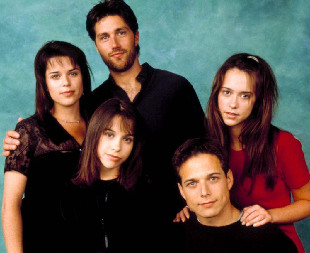 90-TALLS SERIE: Neve Campbell, Matthew Fox, Lacey Chabert, Scott Wolf, Jennifer Love Hewitt ble på 90-tallet superstjerner gjennom TV-serien «Party of five». Foto: Columbia TriStar