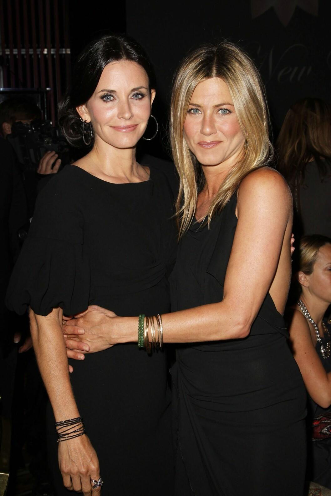 GODE VENNER: Courteney Cox (t.v) ble i hvert fall ikke avspist i Jennifer Anistons bryllup. Cox skal ha vært forlover for venninnen, som hun her er avbildet med på Crystal + Lucy Awards i 2010.  Foto: wenn.com