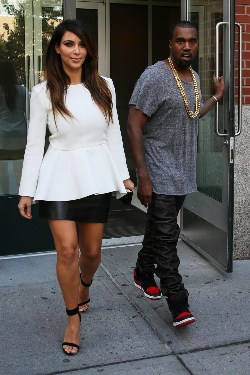 PÅ KINO: Kim Kardashian og Kanye West på vei til å se skrekkfilm på kino i 2012. Foto: Abaca usa