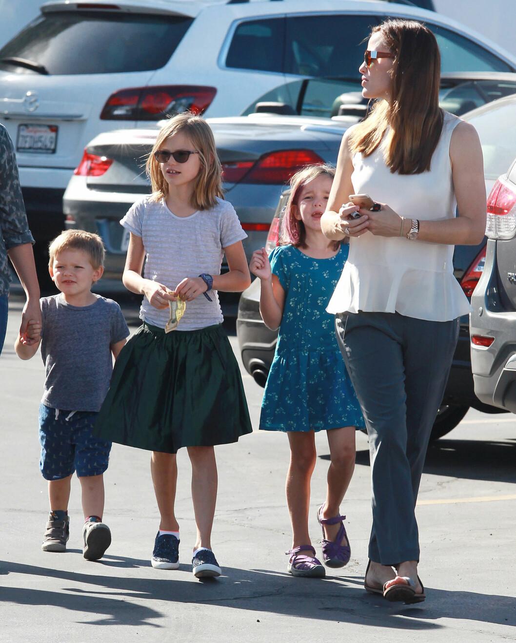 FAMILIEN FØRST: Forrige helg besøkte Jennifer Garner bondens marked i Brentwood, California sammen med barna (f.v) Samuel, Violet og Seraphina.  Foto: Broadimage