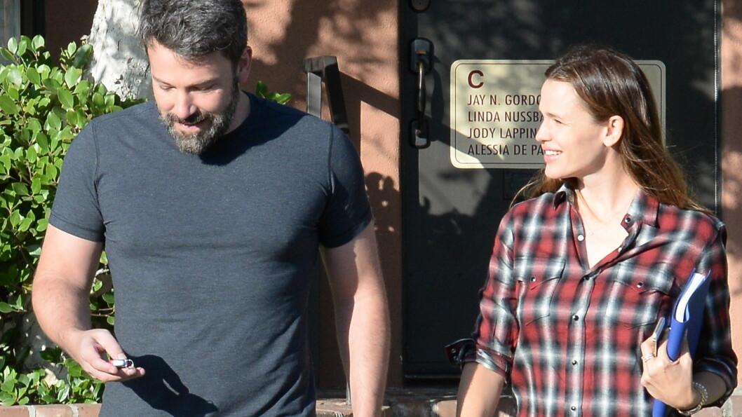 GOD TONE: Torsdag ble Ben Affleck og Jennifer Garner fotografert sammen på flere ærender i Los Angeles. Her forlater de smilende et barnelegekontor i Santa Monica. Tidligere på dagen skal de to ha vært på ekteskapsrådgivning sammen. Foto: Splash News