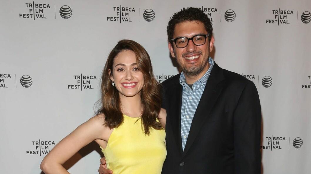 BLIR MANN OG KONE: Skuespiller Emmy Rossum og Sam Esmail planlegger bryllup. Her under Tribeca-filmfestival i New York i april.    Foto: NTB Scanpix