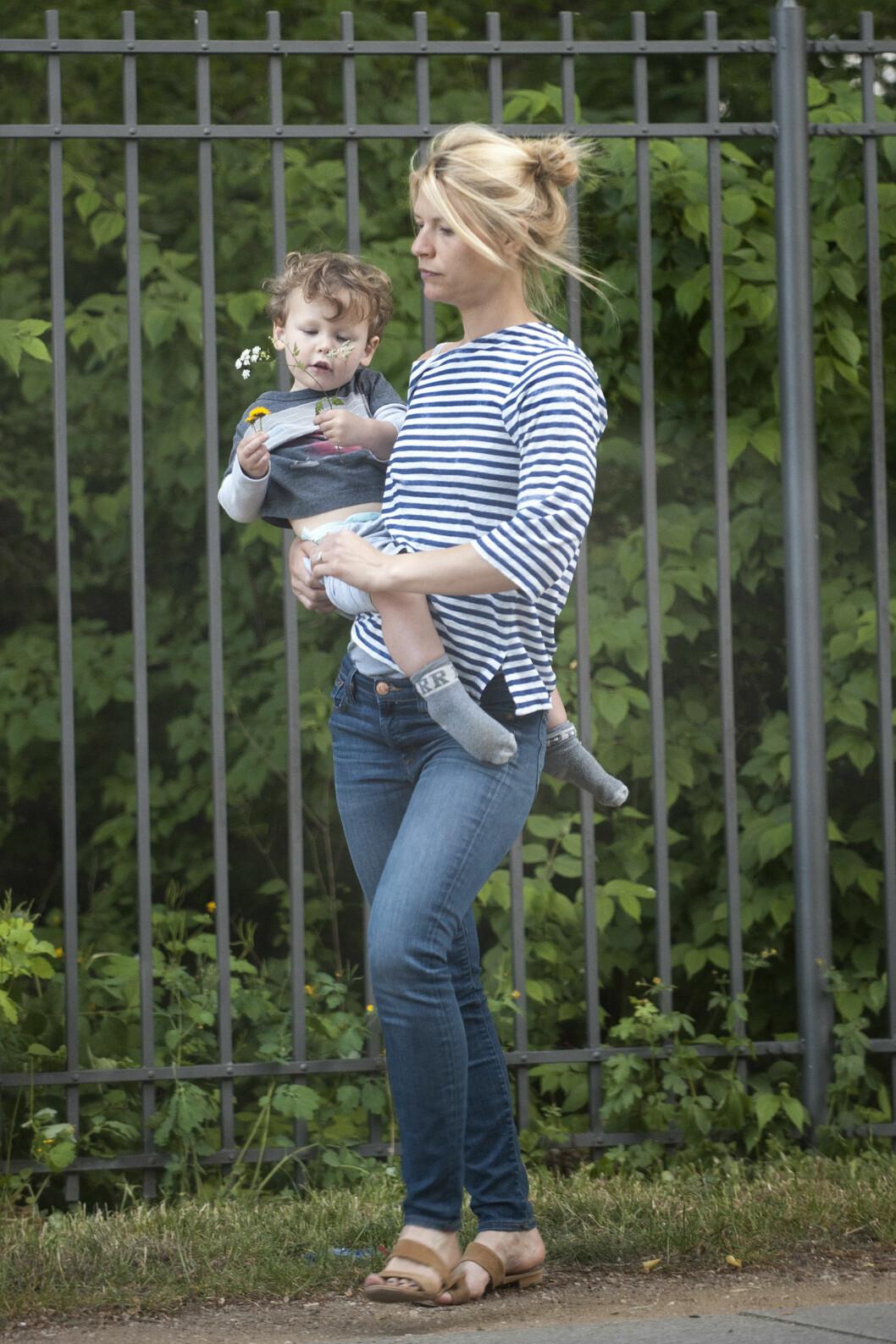 MOR OG SØNN: Her koser Claire og sønnen seg på spasertur i Berlin i Tyskland.  Foto: Splash News