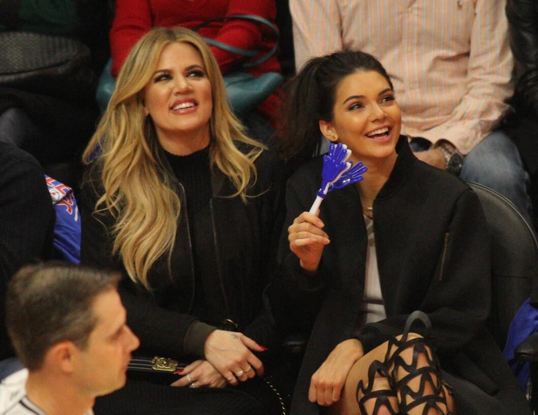 SØSTERKJÆRLIGHET: Khloe Kardashian og Kendall Jenner er ikke bare søstre, men også bestevenninner.  Foto: NTB scanpix