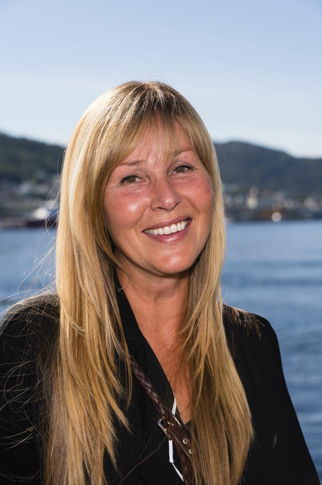 TRIVES ALENE: Da Dorthe Skappel gjestet TV 2s Høstlansering i Bergen denne uken, var hun fast bestemt på å droppe kveldens festligheter. Her er hun på bryggen i Bergen i strålende solskinn. Foto: Geir Egil Skog
