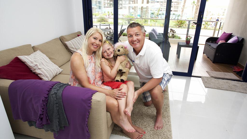 NYTT HJEM: Ole Klemetsen stortrives med familien i sin nye leilighet i Torrevieja i Spania. Her er bokse-legenden sammen med kona Hege Adéle og datteren Marielle (6).  Foto: Tore Skaar