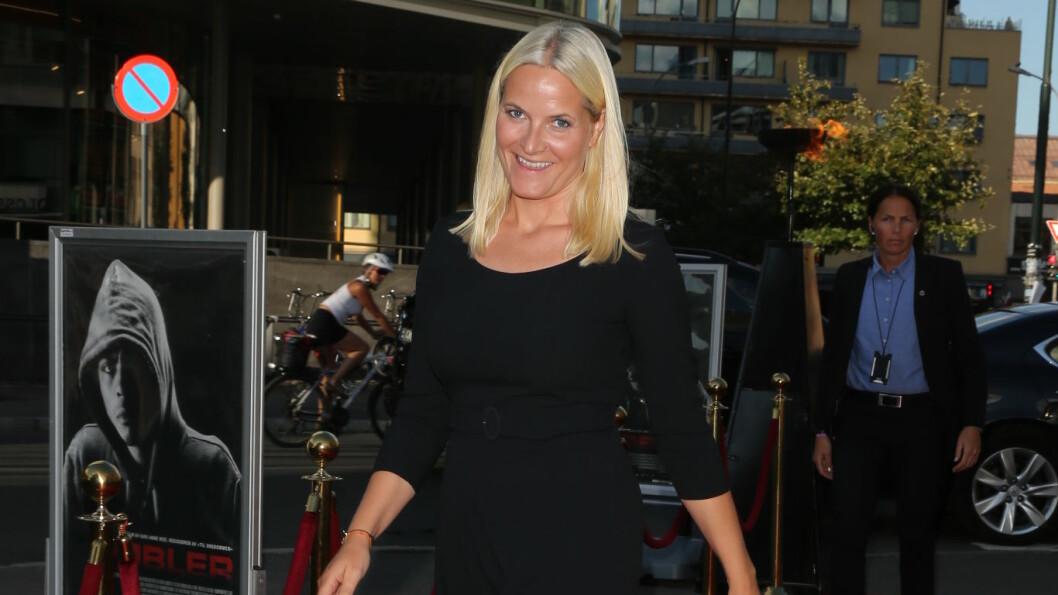 BLID SOM SOLEN: Det var ingen tvil om at kronprinsesse Mette-Marit gledet seg til å se «Pøbler» på Colosseum kino i Oslo - en film Kronprinsparets Fond har støttet økonomisk. Foto: Andreas Fadum / Se og Hør