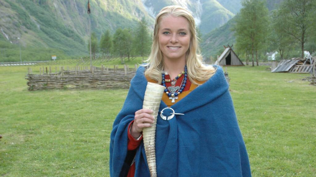 VIKING-BILDE MISBRUKT: Det er dette bildet av Henriette Bruusgaard ikledd viking-klær som er stjålet og brukt på flere nettsteder med rasistiske motiver. Bildet er tatt i forbindelse med TV-programmet Alt for Norge. Foto: TVNorge