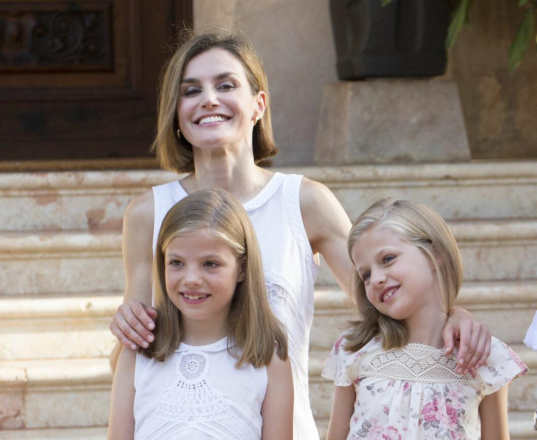 SMILTE TAPPERT: Dronning Letizia mistet morfaren for mindre enn to uker siden, men smilte tappert for sine døtres skyld denne uken. Foto: NTB Scanpix