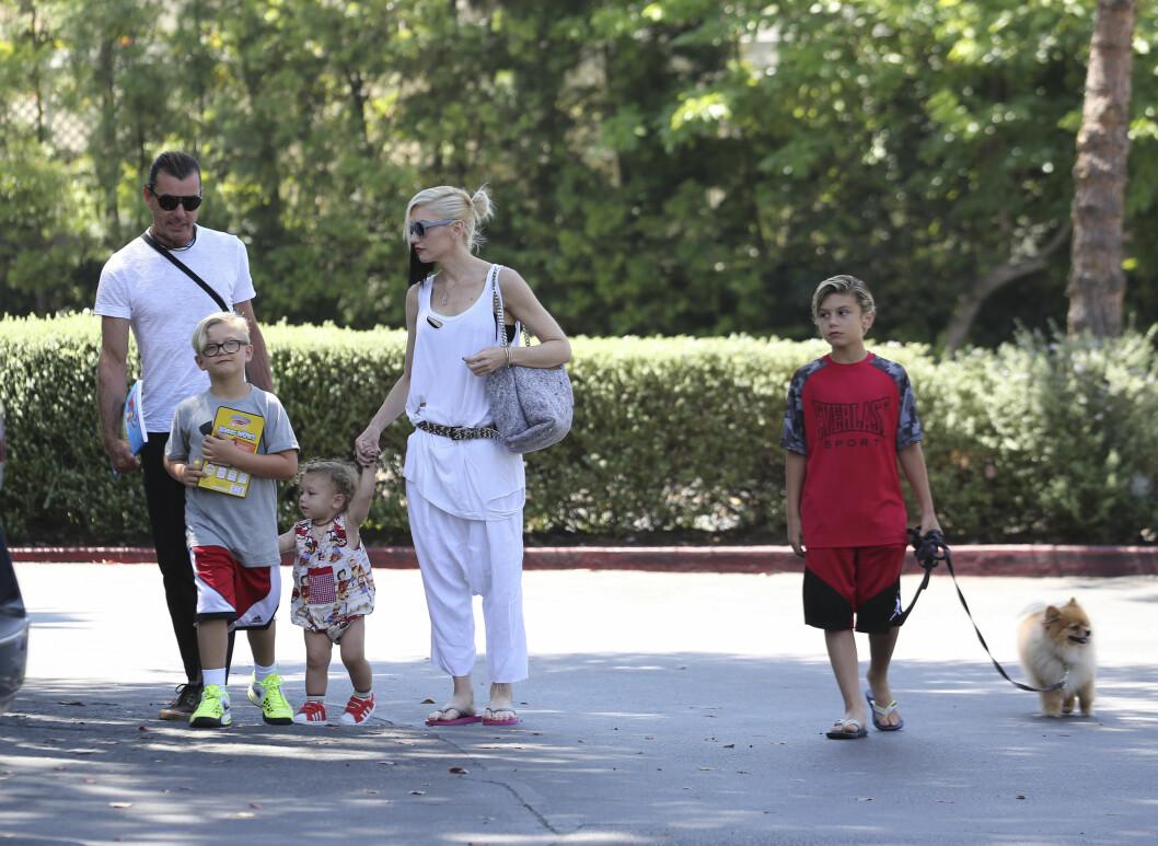 """FAMILIETID: I en pressemelding skriver Gwen og Gavin at de vil fortsette å oppdra sine tre sønner i et """"lykkelig og sunt miljø"""". Her er familien sammen tidligere i år. Foto: Scanpix"""