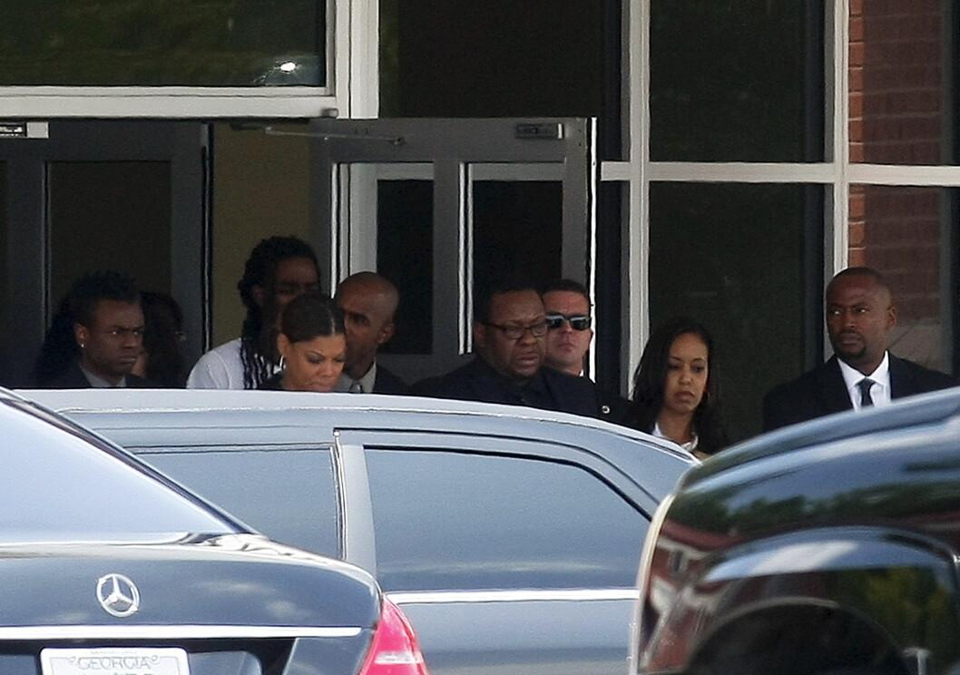 AVSKJED: Bobby Brown og andre familiemedlemmer var i stor sorg da de måtte ta farvel med 22 år gamle Bobbi Kristina.  Foto: NTB scanpix