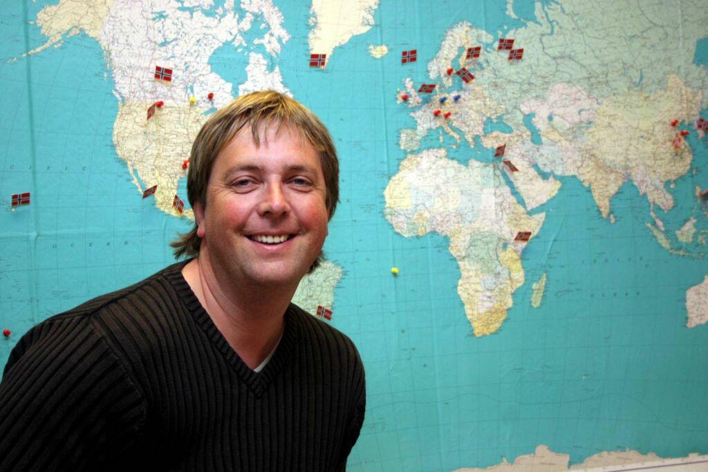 REISEGLAD: Tore Strømøy har reist verden rundt med «Tore på sporet»-serien, men er også glad i å reise privat. Han sier til Seoghør.no at de voksne døtrene hans fortsatt liker å reise på ferie med ham. Her er han fotografert i 2005. Foto: Arve Henriksen/ NTB Scanpix