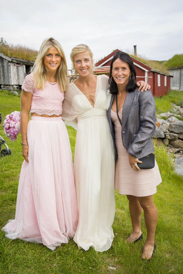 2a50525f SOMMERBRYLLUP: Både Therese Johaug og Marit Bjørgen var kledd i  pastellfargede antrekk under bryllupet til