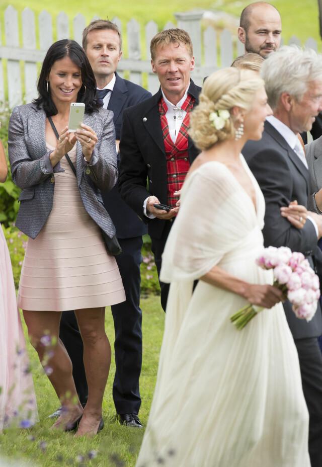 64263c16 VOKSENDE MAGE: Marit foreviget den vakre bruden med mobilkamera, mens  samboeren Fred Børre Lundberg