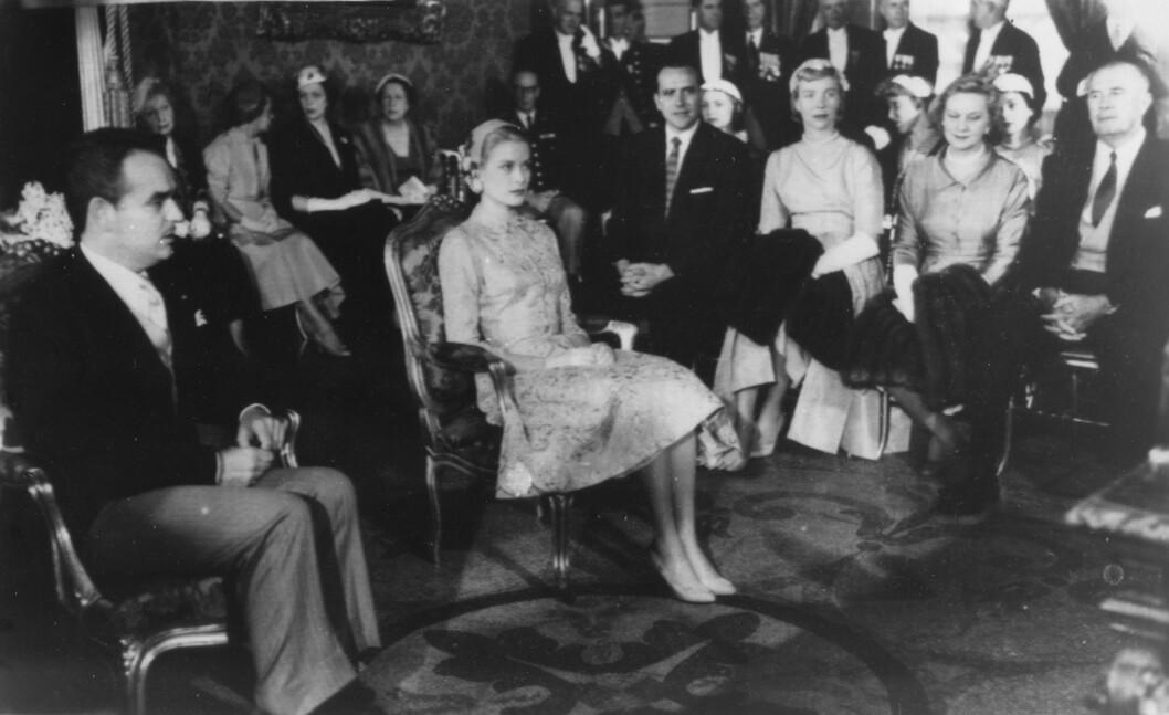 BORGELIG SEREMONI: 18. april 1956 ga den amerikanske skuespilleren Grace Kelly sitt ja til fyrst Rainier av Monaco. Drakten hun bar under seremonien var gammelrosa. Foto: NTB Scanpix