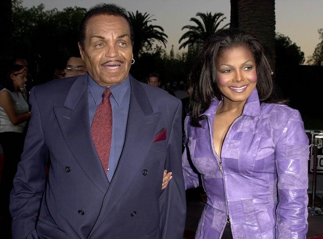 GRATULERTE FAREN: Samme dag som Joe Jackson fikk slag, gratulerte datteren Janet Jackson ham med dagen på Twitter. Det er usikkert om hun på det tidspunktet visste om slaget. Her er far og datter sammen på «Den helskrudde professoren 2»-premieren i Universal City sommeren 2000.  Foto: AFP