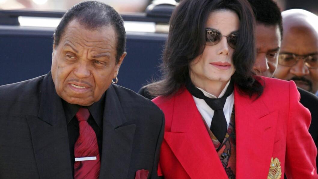 RAMMET AV SLAG: Faren til popstjernen Michael Jackson (t.h), Joe Jackson, ble rammet av slag på sin egen 87-årsdag. Ifølge TMZ skal slaget ha gjort ham blind, i det minste foreløpig. Her er far og sønn fotografert sammen ved Santa Barbara County Courthouse i mars 2005, der popstjernen var tiltalt i en rettssak om barnemisbruk. Han bel siden frikjent på alle punkter. Foto: REUTERS