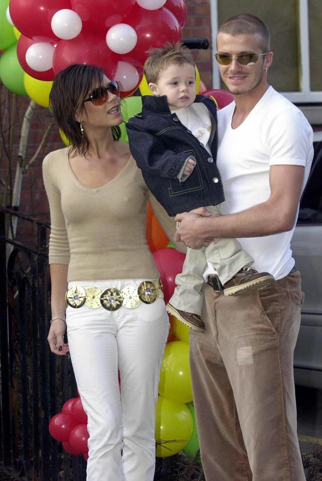 STOLT: I 1999 kom også sønnen Brooklyn Beckham til verden. Dette bildet er tatt i forbindelse med Brooklyns 2-årsdag. Foto: NTB Scanpix