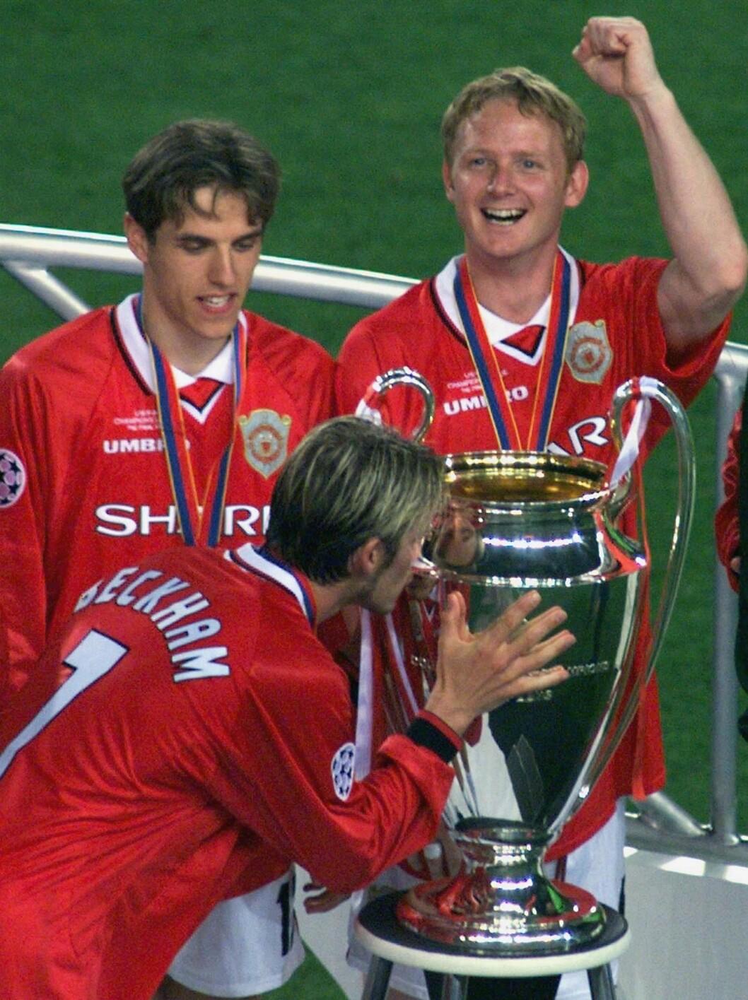 SUKSESS: I 1999 var David Beckham kaptein på det engelske fotballaget Manchester United, og sammen med lagkameratene sørget han for gull i både Premier League, FA-cupen og Champions League. Her med Phil Neville og David May etter at de vant sistnevnte turnering mot Bayern Munchen på Camp Nou  i Barcelona i mai 1999. Foto: NTB Scanpix
