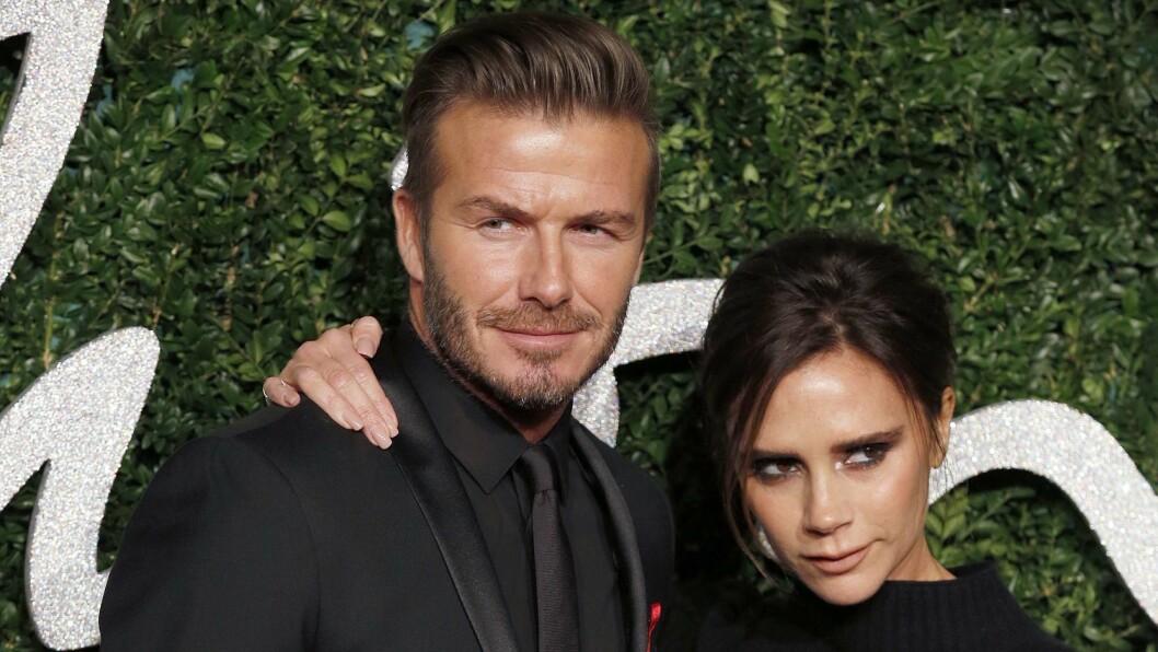 MEKTIG PAR: David og Victoria Beckham giftet seg i 1999, og eldstesønnen Brooklyn ble født samme år. Nå har David Beckham tatovert 99 på lillefingeren. Foto: NTB Scanpix