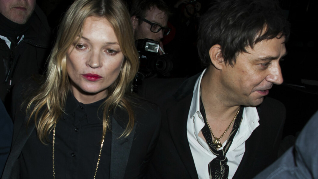 IKKE TIL Å REDDE: Ekteskapet mellom Kate Moss og Jamie Hince har vært gift i knappe fire år, men forholdet skal ha lidd under supermodellens heftige sjalusi i lang tid. Ifølge The Sun er begge innstilt på at bruddet er permanent. Her er de to sammen under Paris Fashion Week i mars 2014. Foto: Abaca