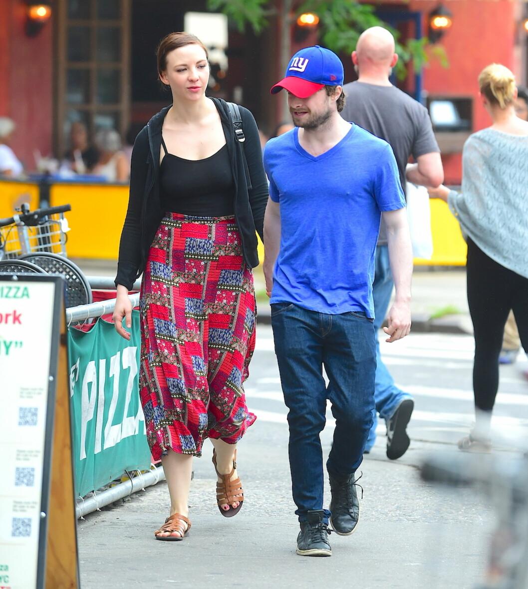 SØTE: Erin Darke og Daniel Radcliffe på gåtur i New York.   Foto: Splash News