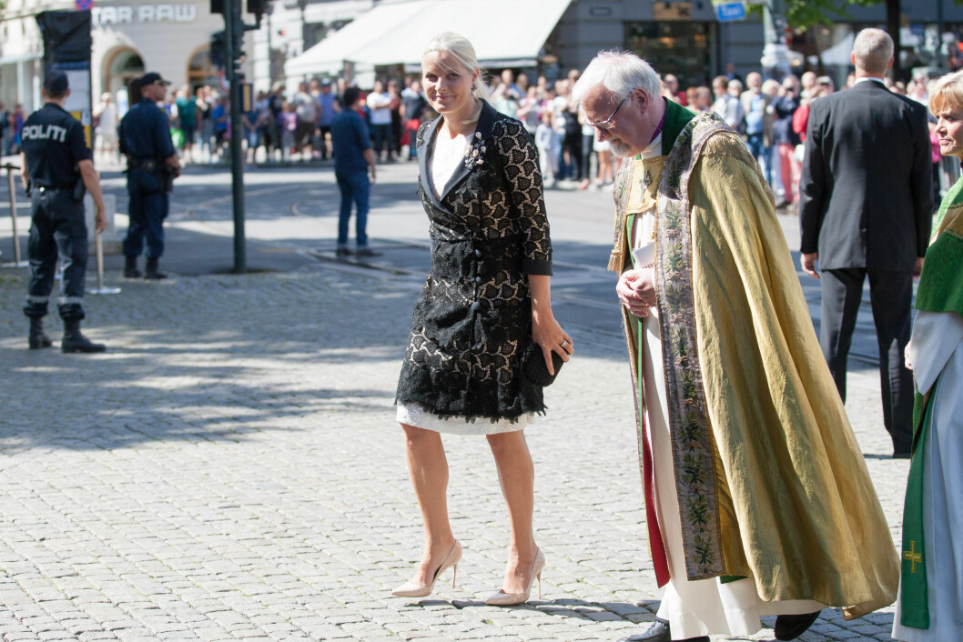 REPRESENTERER KONGEHUSET: Kronprinsesse Mette-Marit på vei inn til Oslo Domkirke onsdag formiddag. Her side om side med biskop Ole Christian Kvarme. Foto: NTB scanpix