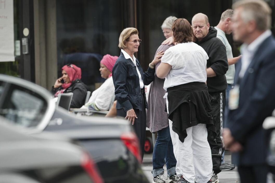 VISTE OMSORG: En svært preget dronning Sonja trøstet noen av de pårørende på Sundvolden Hotel dagen etter angrepet.  Foto: NTB scanpix