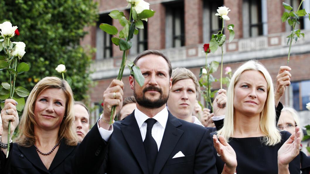 SAMMEN I SORGEN: Prinsesse Märtha, kronprins Haakon og kronprinsesse Mette-Marit under markeringen på Rådhusplassen til minne om ofrene for terroraksjonene i 2011. Foto: NTB scanpix
