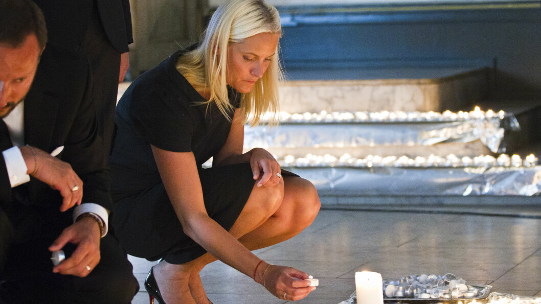 TENNER LYS: Kronprinsesse Mette-Marit under lystenning i Oslo Domkirke i 2011.