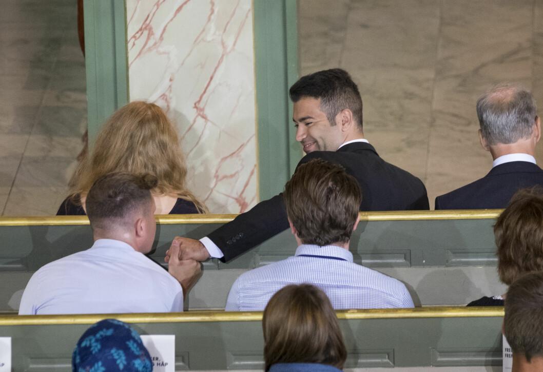 STØTTE: Nåværende AUF-leder Mani Hussaini ga sin vennskaplige støtte til tidligere leder i AUF, Eskil Pedersen, under minnegudstjenesten i Oslo domkirke onsdag ettermiddag på 4. års markeringen for 22. juli. Foto: NTB scanpix