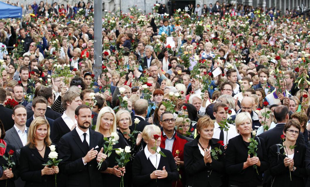 ROSER: Kongefamilien ledet an i landesorgen etter tragedien i Regjeringskvartalet og på Utøya. Her fra markeringen på Rådhusplassen. Foto: NTB scanpix