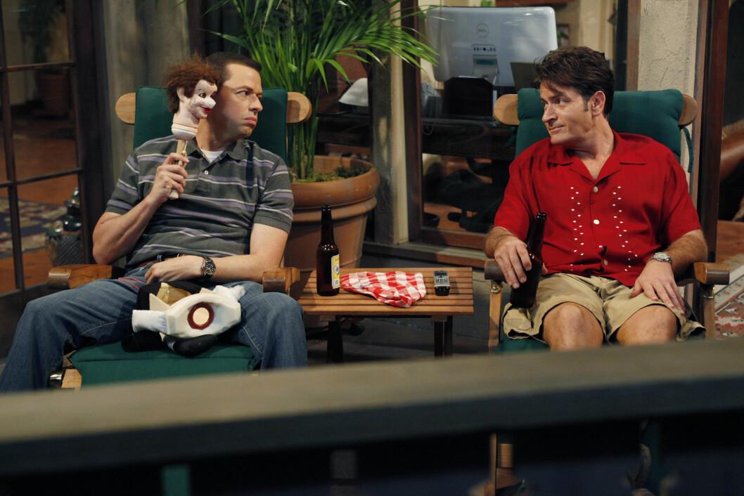 """KYSSET LOTTO-INGEBORG: Da Lotto-programlederen traff skandaleombruste Charlie Sheen som 17-åring, fikk hun et kyss av stjernen. Her er han i en scene fra """"Two And a Half Men"""" med kollega Jon Cryer. Foto: Scanpix"""