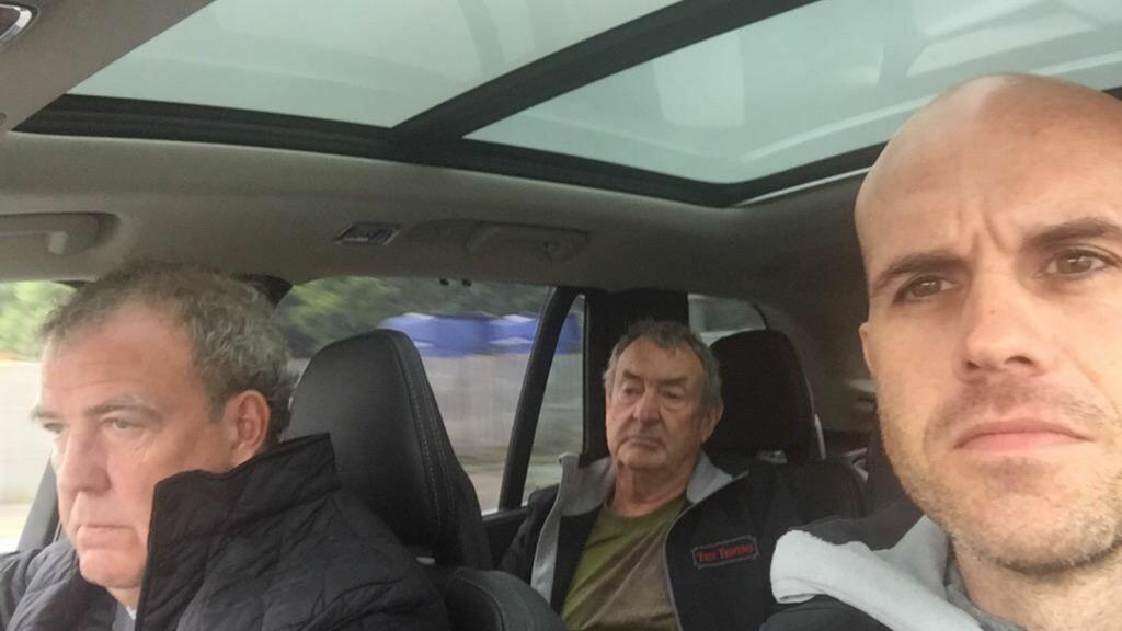 SISTE TUR: Jeremy Clarkson fikk selskap av racing-kjøreren Marino Franchitti og Pink Floyds trommeslager Nick Mason da han kjørte rundt Top Gear-banen for siste gang. Foto: Twitter