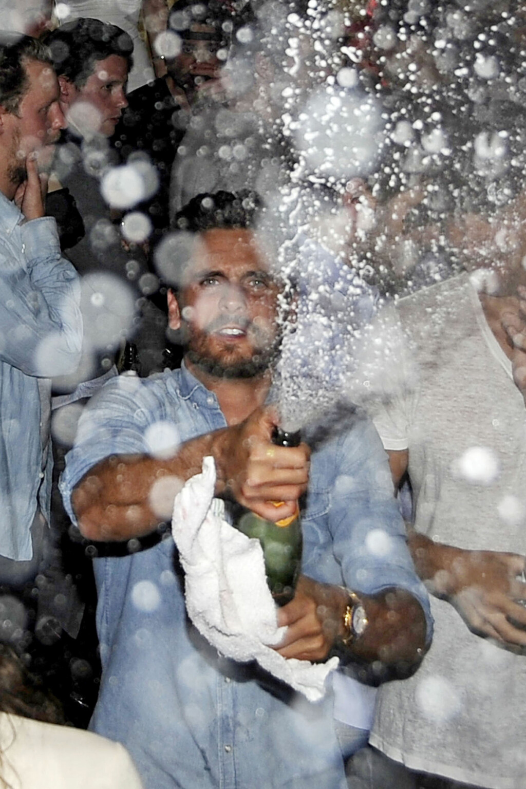 PARTY GUTT: Scott Disick er ikke kjent for å takke nei til en fest. Her spruter han dyr champagne på vennene sine under en bursdagsfest.  Foto: All Over Press