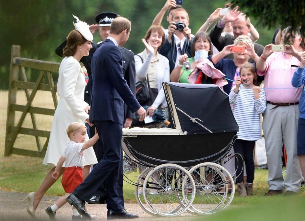 VAKTE BEGEISTRING: Et smilende hertugpar hilste de jublene oppmøtte da de ankom kirken i Snadringhma sammen med prins George og prinsesse Charlotte. Foto: Polaris