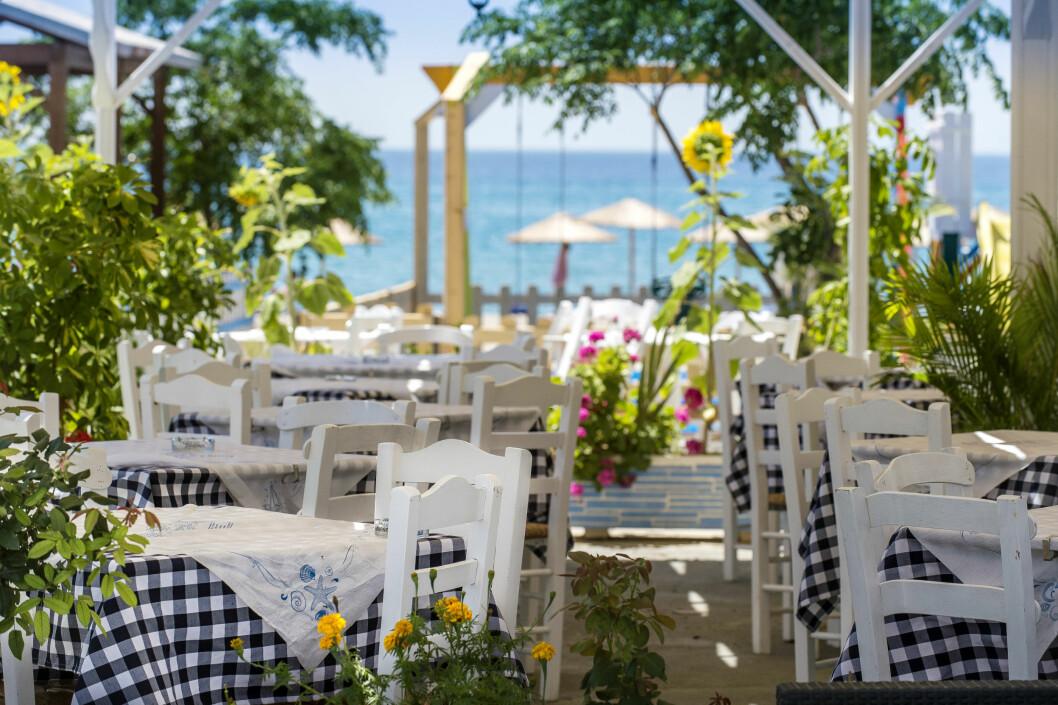 <strong>ROLIG IDYLL:</strong> Votsalakia er en fredelig by på sydkysten av øya Samos. Byen passer for både barnefamilier og par som er på ferie. Her kan du spise middag like ved sjøen. Foto: Peter Malmrup