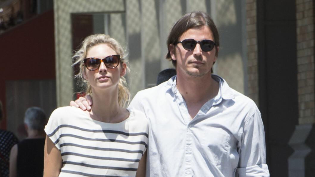 GLEDER SEG: Josh Hartnett og Tasmin Egerton har vært kjærester i tre år. Nå skal de bli foreldre.  Foto: Splash News