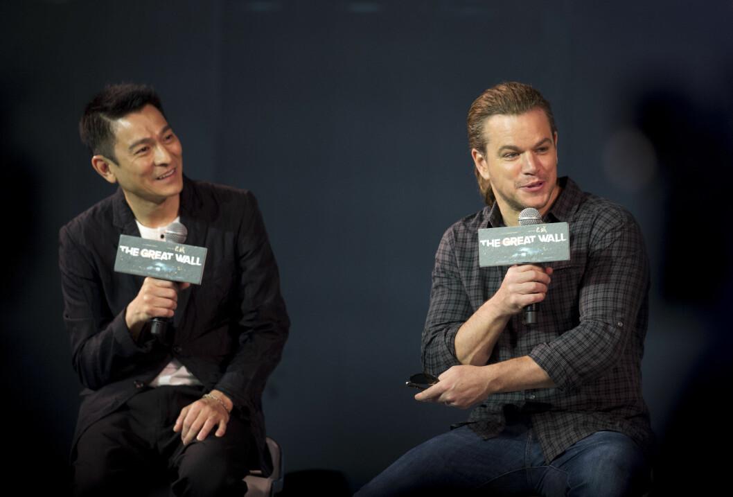 SVEISEN SJARMØR: Hollywood-kjekkas Matt Damon så både yngre ut og svært opplagt ut da hestehalen hans gjorde sin debut på «The Great Wall»-pressekonferansen torsdag. Her sammen med motspiller Andy Lau. Foto: Ap