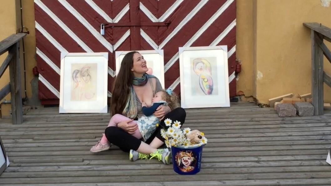 <strong>VIL AMME DATTEREN TIL HUN BLIR STOR:</strong> Marianne Aulie sier hun vil fortsette å amme tre år gamle Aella Malove Bluebell Marie Ingeborg Hjørdis så lenge datteren selv vil ha pupp. Foto: Privat