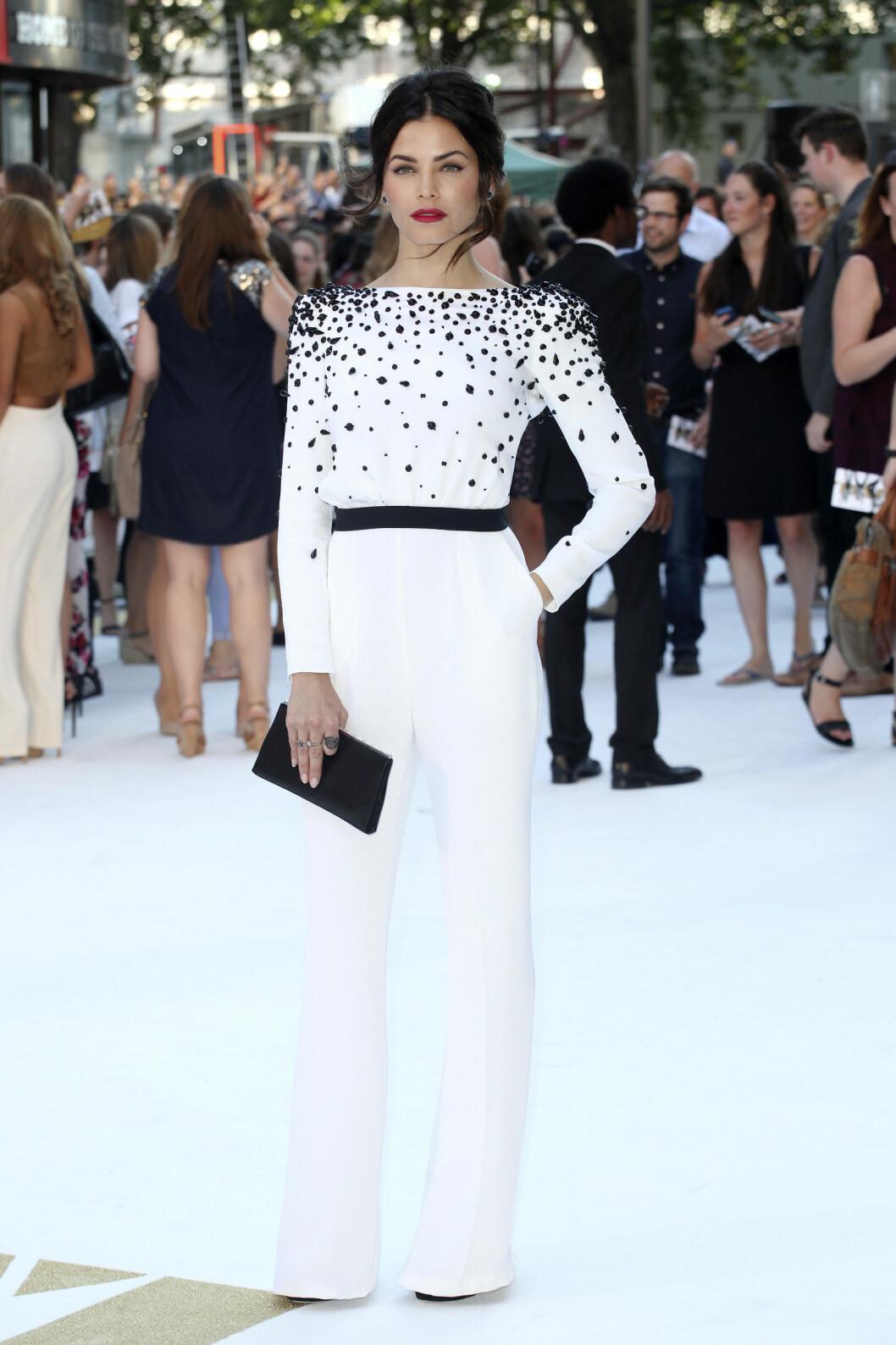 HVIT DRØM: Skuespiller Jenna Dewan Tatum, som er gift med Channing Tatum, er blitt en av Hollywoods mest stilsikre stjerner. Hun imponerte i en elegant, hvit buksedress med spennede, sorte detaljer.  Foto: wenn.com