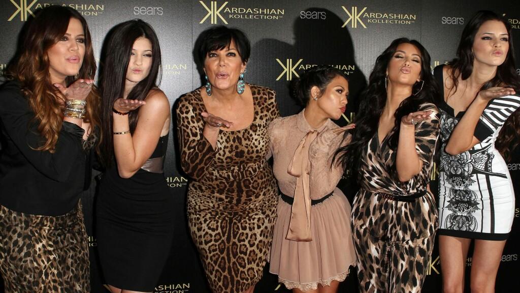 TETTE BÅND: Kardashian/Jenner-familien er fast inventar på den røde løperen. Her er hele jentegjengen samlet i 2011. Foto: Scanpix