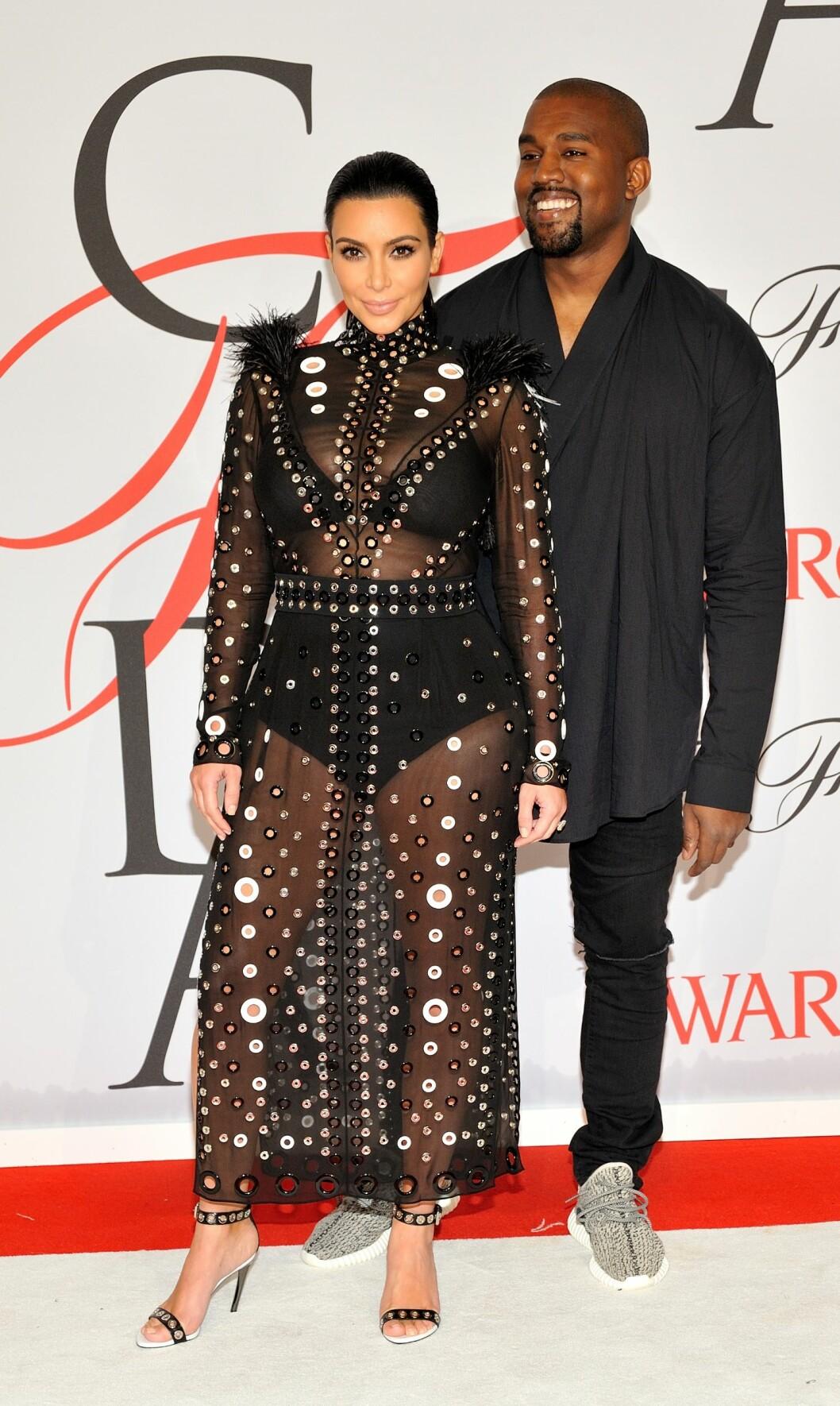 GJENNOMSIKTIG: Under dette svangerskapet har Kim Kardashian hatt dilla på blonder og gjennomsiktige antrekk. Her fra CFDA Fashion Awards i New York 1. juni. Foto: NTB Scanpix