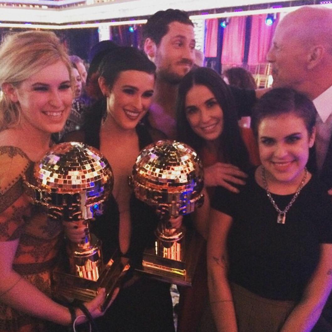 GODT FORHOLD: Både Scout (t.v), Demi Moore, Tallulah og Bruce Willis var til stede for å gratulere Rumer Willis og Valentin Chmerkovskiy (midten) med «Dancing with the Stars»-seieren i slutten av mai.  Foto: Xposure