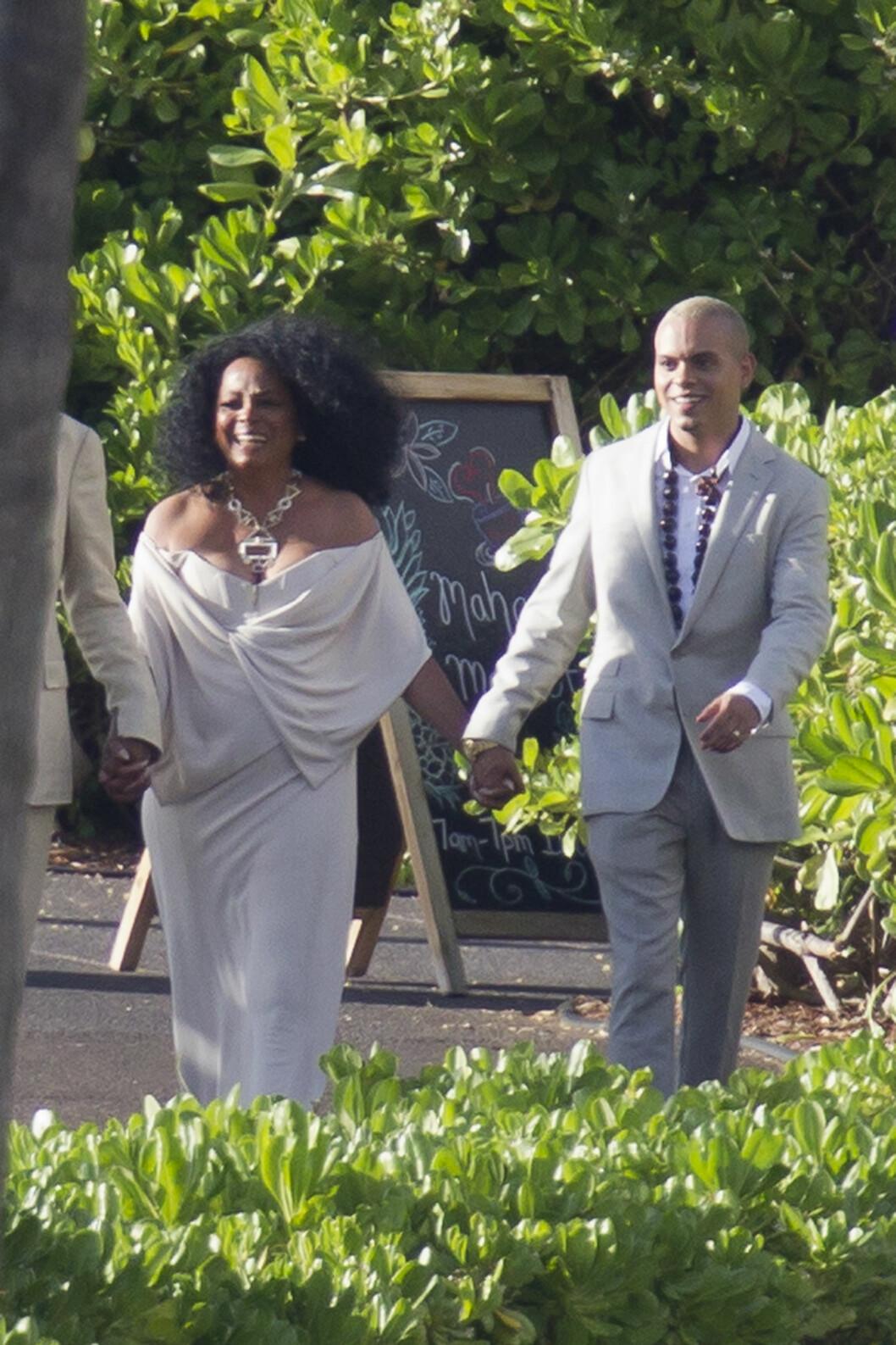 HÅND I HÅND: Diana kom hånd i hånd med sønnen, Evan Ross, som selv giftet seg i fjor. Foto: Splash News