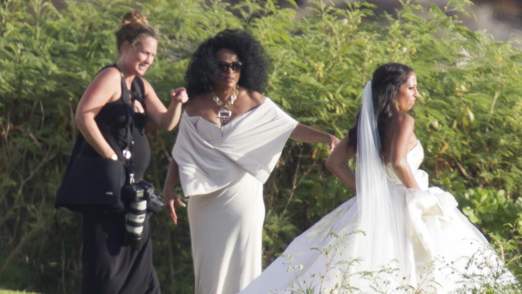 PYNTET OG PEN: Det var ikke bare bruden Chudney som strålte i bryllupet. Også mamma Diana Ross får komplimenter kastet etter seg. Foto: Splash News