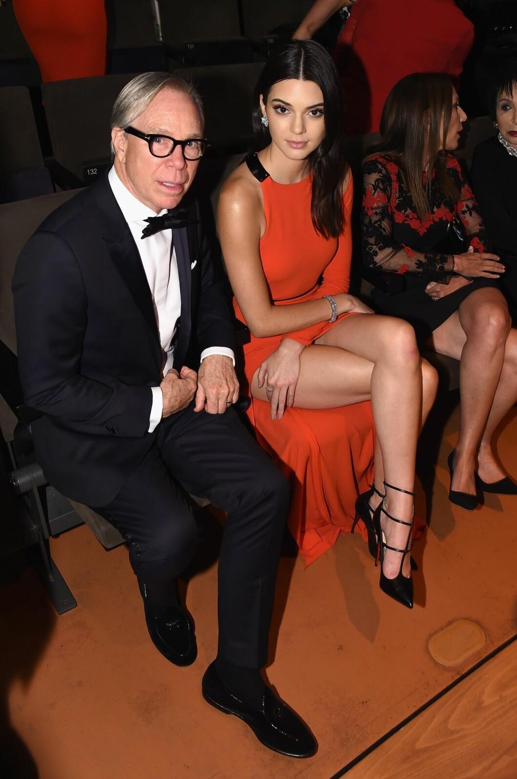 MOTEFIFFEN: Kendall Jenner satt på første rad side om side med motedesigner Tommy Hilfiger. Foto: NTB Scanpix