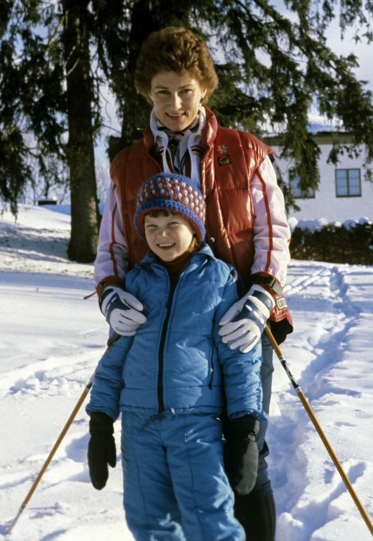 DEN GANG DA: Sonja, da hun fremdeles var kronprinsesse, med datteren prinsesse Märtha Louise på ski ved hjemmet på Skaugum i 1979. Til Tara forteller Märtha at hun som barn ble kvalm av morens parfyme - i ettertid har hun blitt klar over at hun har høysensitivt personlighetstrekk.  Foto: NTB Scanpix